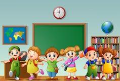 Много детей стоя в фронте класса бесплатная иллюстрация