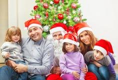 Многодетная семья около рождественской елки стоковые фото