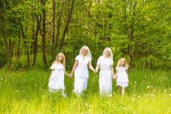 Многодетная семья отдыхает в природе Стоковое фото RF