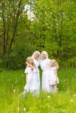 Многодетная семья отдыхает в природе Стоковое Изображение RF