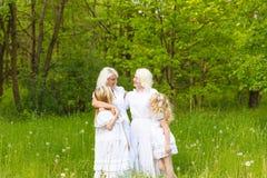Многодетная семья отдыхает в природе Стоковая Фотография