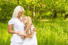 Многодетная семья отдыхает в природе Стоковое Изображение
