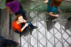 многодельные вниз спешя студенты stairway вверх Стоковая Фотография RF