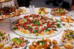 Много закуски на ресторанном обслуживание события Стоковые Фотографии RF