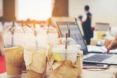 Много заморозили кофе Установленный на деревянном столе используемом вверх от встречи Стоковые Изображения RF