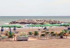 Много зонтики и sunbeds на песчаном пляже роскошного reso Стоковое фото RF