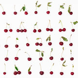 Много зрелых красных вишен аранжированных на белизне Стоковое Изображение