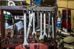 Много из вида гаечного ключа на вешалке металла, untidy инструменты на предпосылке Стоковая Фотография