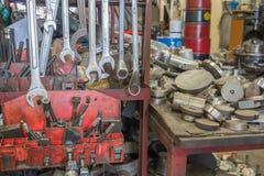 Много из вида гаечного ключа на вешалке металла, untidy инструменты на предпосылке Стоковое Фото