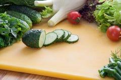 Много ингридиентов для варить вегетарианскую еду от зеленых цветов и овощей стоковое изображение