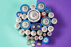 Много используемые разных видов или новой батарея, перезаряжаемые аккумулятор, батареи щелочных аккумуляторов на предпосылке цвет стоковое изображение