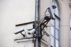Много камеры cctv безопасностью на стене Стоковое Изображение