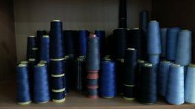 Много катушки с голубыми потоками Катушкы штабелированы в строках, одном на другом сток-видео