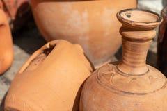 Много керамических handmade утварей, сделанных из глины, конец вверх стоковые изображения