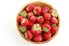 Много клубник ягод зрелых сочных в деревянной плите Стоковое Изображение