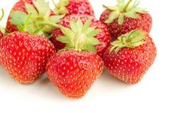 Много клубник ягод зрелых сочных на белой таблице Стоковое Изображение RF