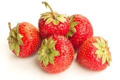 Много клубник ягод зрелых сочных на белой таблице Стоковые Фото