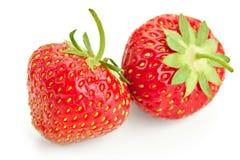 Много клубник ягод зрелых сочных на белой таблице Стоковые Изображения RF