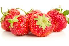 Много клубник ягод зрелых сочных на белой таблице Стоковые Изображения
