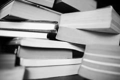 Много книги на таблице Стоковые Изображения RF