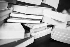 Много книги на таблице Стоковые Фото