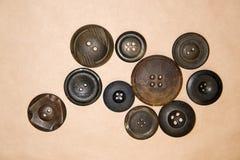 Много кнопки года сбора винограда на бумаге ремесла Стоковое Фото