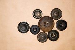 Много кнопки года сбора винограда на бумаге ремесла Стоковые Изображения RF
