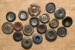 Много кнопки года сбора винограда на старой ткани Стоковая Фотография