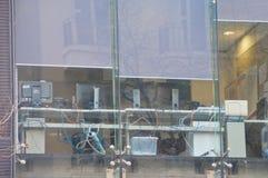 Много компьютеры и кабелей расположенных около окон стекел офиса стоковые изображения rf