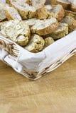 Много коричневых домодельных печений с гайками в плетеной корзине Стоковые Изображения RF