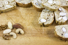 Много коричневых печений с гайками на деревянной предпосылке Стоковые Изображения