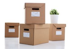 Много коробка коробки цвета kraft изолированная на белой предпосылке Стоковая Фотография RF