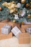 Много коробок с подарками под рождественской елкой Стоковая Фотография