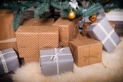 Много коробок с подарками рождества под рождественской елкой Стоковые Фотографии RF