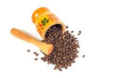 Много кофейных зерен в деревянном миномете с подлинной картиной и Стоковые Изображения RF