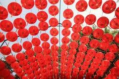 Много красивые красные китайские фонарики Стоковое Изображение