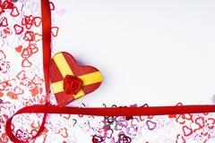 Много красная форма сердца на белой предпосылке, обручальном кольце с диамантом, рамке и космосе для текста Стоковое Изображение RF