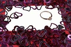 Много красная форма сердца на белой предпосылке, обручальном кольце с диамантом, рамке и космосе для текста Стоковые Изображения