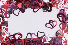 Много красная форма сердца на белых предпосылке, рамке и космосе для текста Стоковое Изображение RF