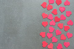 Много красных и розовых сердец на серой конкретной предпосылке Валентайн дня s Стоковые Фото