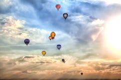 Много красочные использующие горячие воздух воздушные шары Стоковые Изображения