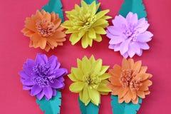Много красочных бумажных цветков на предпосылке с ровным surfac Стоковое Изображение RF