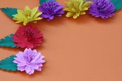 Много красочных бумажных цветков на предпосылке с ровным surfac Стоковые Изображения
