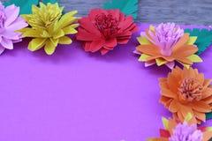 Много красочных бумажных цветков на предпосылке с ровным surfac Стоковые Изображения RF