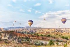 Много красочных воздушных шаров принимают в небо на зоре Полностью небо в больших красивых воздушных шарах Фантастичные ландшафты стоковые изображения rf
