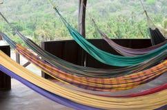 Много красочных гамаков вися на веранде в тропиках стоковые изображения rf