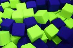 Много красочных мягких блоков в kids& x27; ballpit на спортивной площадке Стоковые Фотографии RF