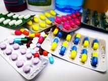 Много красочных пилюльки, таблетки, капсулы и лекарства бутылки целебного Стоковое Изображение
