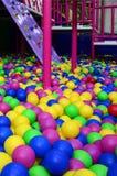 Много красочных пластичных шариков в kids& x27; ballpit на спортивной площадке Стоковое Фото