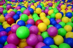 Много красочных пластичных шариков в kids& x27; ballpit на спортивной площадке Стоковое Изображение RF